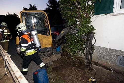 Als er eine Drainage um das Haus verlegen wollte, beschädigte ein 25-Jähriger versehentlich mit der Baggerschaufel die Gasleitung. Foto: d. mathis