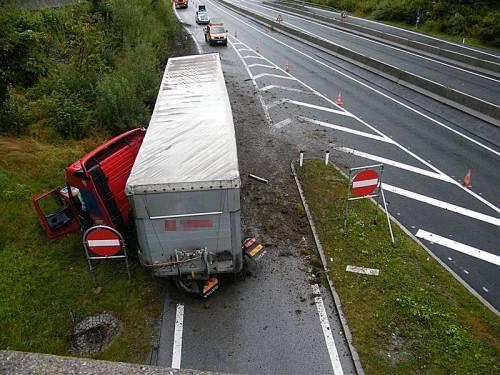Am Lastwagen entstand Totalschaden, das Auto des Bludenzers wurdebei der Kollision erheblich beschädigt. Fotos: polizei