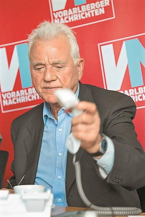 Am VN-Telefon: Frank Stronach am Mittwoch. Foto: VN/Hartinger