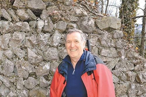 """Angeregt durch das Projekt """"Natur z'Kobla"""" engagiert sich Reinhard Sonderegger für die Restaurierung der Ruine Neuburg. Fotos: B. Hellrigl"""