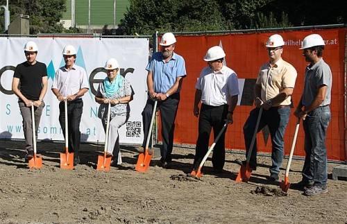 Anneliese und Wolfram Sommer (3. und 2. v. l.) mit Bürgermeister, Planer und Vertretern der Baufirma. Foto: Fiel