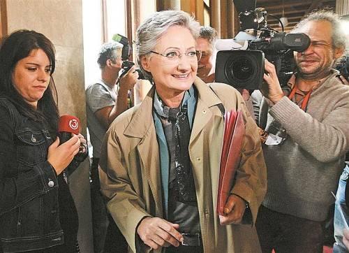 Auf dem Weg zum SPÖ-Präsidium gestern Vormittag: Bildungsministerin Claudia Schmied zieht sich nach reiflicher Überlegung zurück. Foto: Reuters