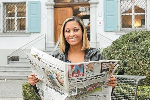 Auf die VN würde Lais Ferreira nicht verzichten – die Bregenzerwälderin wünscht sich auch wieder mehr junge Zeitungsleser. Foto: eis