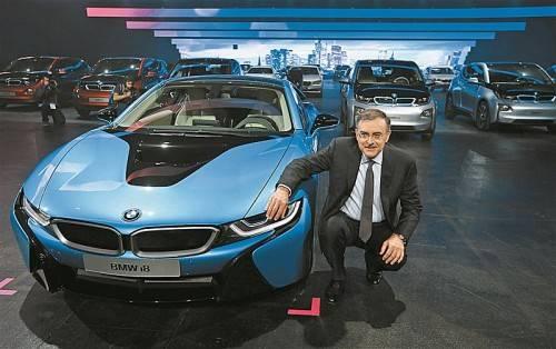 BMW-Chef Norbert Reithofer mit seinem Hybrid-Sportler i8 und den Stadt-Stromern i3.