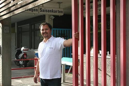 Bademeister Oliver Tschabrun schloss zum vorerst letzten Mal die Tore des Nenzinger Walgaubads. Foto: em