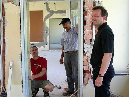 Baudirektor Bernhard Fink beaufsichtigte den Einbau der neuen Fluchttüren. Foto: fst