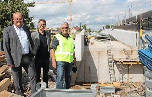 Bauleiter Karl Schmid, Bgm. Rhomberg und GR Stefan Stöckler auf der Baustelle in Lauterach. FOTO: STRAUSS