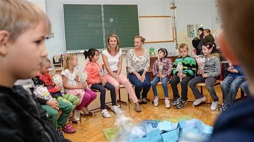 Bei den Lehrerinnen Simone Haltinger (l.) und Sarah Bösch fühlen sich die Erstklässler der Hohenemser Volksschule sofort wohl. Foto: Lerch