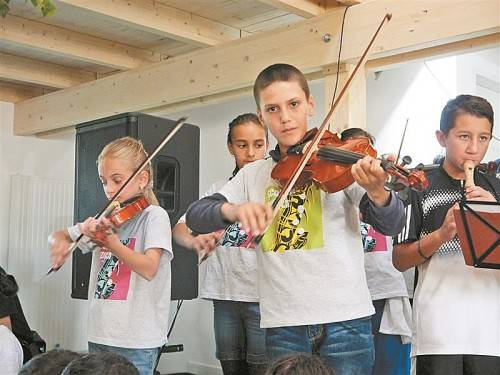 Bei der Eröffnung der neuen Elijah-Musikschule vor knapp zwei Monaten zeigten die Kinder, was sie bereits gelernt haben. Foto: Entner