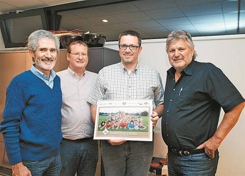 Bei der Kalenderpräsentation: (v. l.) Peter Müller, Thomas Prugger (Geschäftsführer Olina Küchen), Markus Tschohl und Erwin Dobler.