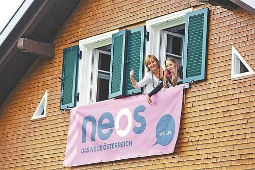 Bettina (l.) und Laura zeigen ihre Begeisterung über den Erfolg der NEOS ganz offen. Fotos: Vn/hofmeister