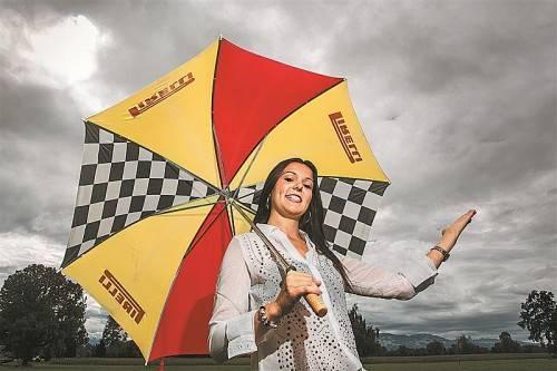 Bis Donnerstag geht Christine aus Schruns nicht ohne Regenschirm aus dem Haus – sicher ist sicher. VN/Steurer