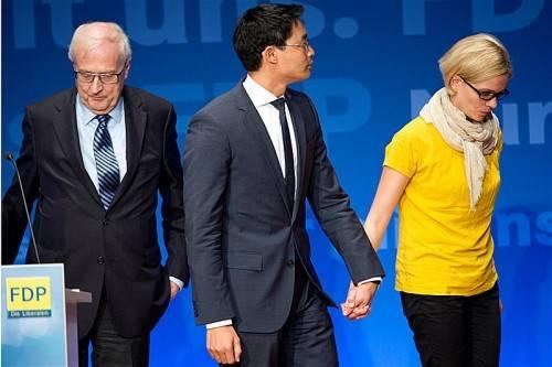 Bitterer Abgang: FDP-Spitzenkandidat Rainer Brüderle, Parteichef  Philipp Rösler mit Gattin Wiebke verlassen die politische Bühne. DPA