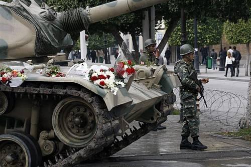 Blumen für die Panzer: Tunis im Jänner 2011. Foto: AP