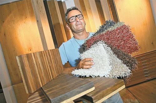 Bodenleger Michael Bischof lässt keinen Wunsch offen. Böden jeglicher Art werden verlegt. Foto: vn/hofmeister