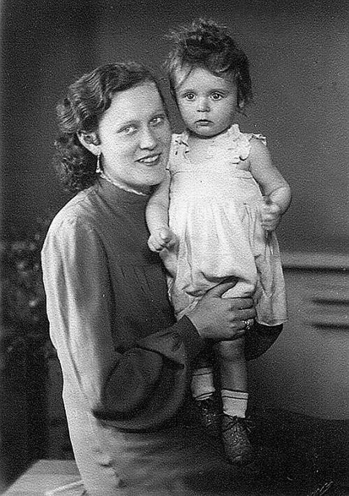 Brigitte Scharinger als einjähriges Mädchen mit ihrer Mutter.