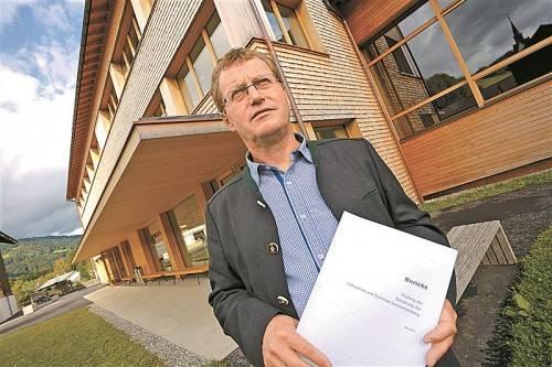 Bürgermeister Armin Berchtold ist zufrieden: Der Prüfbericht zur Volksschulsanierung bestätigt korrekte Vergabevorgänge. Foto: VN/Hartinger