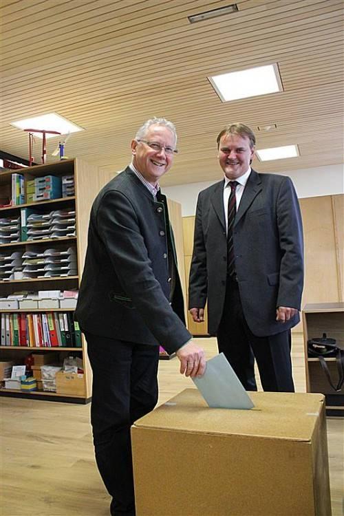 Bürgermeister Helmut Zimmermann (l.) bei der Stimmabgabe mit Wahlleiter Georg Bucher.