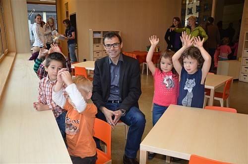 Bürgermeister Kilian Tschabrun begleitete die Kinder am ersten Tag im neuen Kindergarten. Foto: mwe
