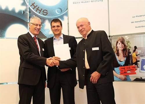 Christian Fiechter, Stiftungspräsident, gratuliert Peter Nussbaumer, Leiter der Lehrlingsausbildung, und Seniorchef Georg Meusburger (v. l. n. r.). salcom