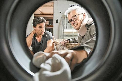 Conrad (Florian David Fitz) muss sich auf einmal um seinen verletzten Vater kümmern. Foto: Constantin Film