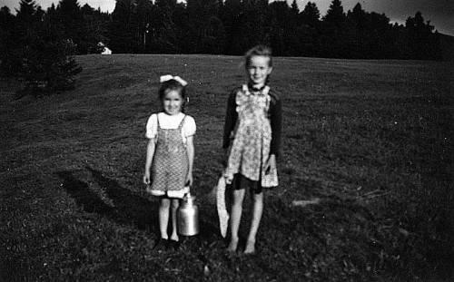 """Cousine Waltraud und Doris am """"Hennenberg"""" im Sommer 1954."""
