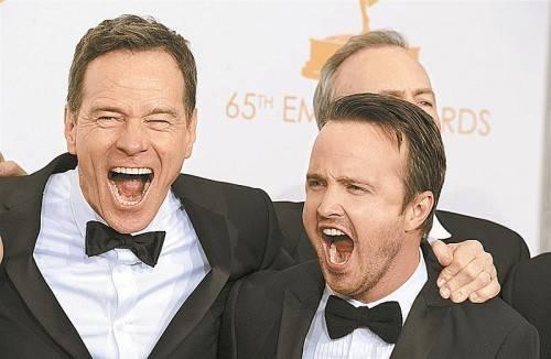 """Da war die Freude groß: Bryan Cranston und Aaron Paul jubeln über den Preis für """"Breaking Bad"""". Fotos: AP"""