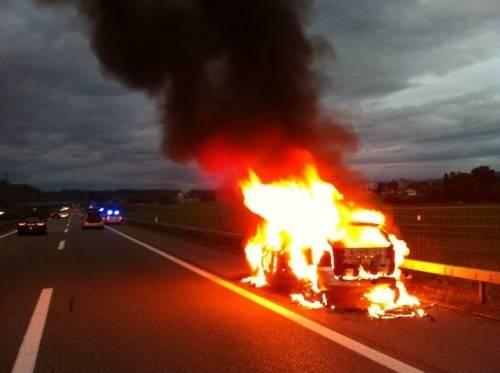 Das Auto brannte auf dem Pannenstreifen lichterloh. Foto: kapo