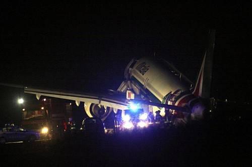Das Flugzeug kippte bei der Landung zur Seite. Die 151 Passagiere kamen mit dem Schrecken davon. Foto: EPA