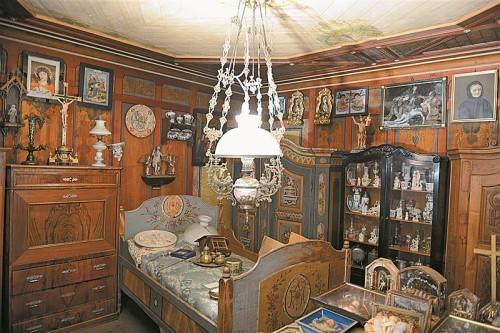 Das Kalb-Haus in Dornbirn wurde 1894 errichtet und ist ein Zeugnis bürgerlicher Wohnkultur. Die darin befindliche, sich über viele Räume erstreckende Sammlung mit allerlei Kuriositäten sollte, so Fachleute, nicht verloren gehen. Foto: Rudolf Sagmeister