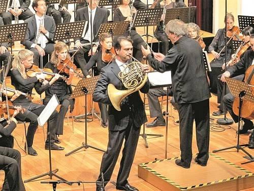 Das SOV unter Gérard Korsten mit dem Solisten Alessio Allegrini. Foto: JU