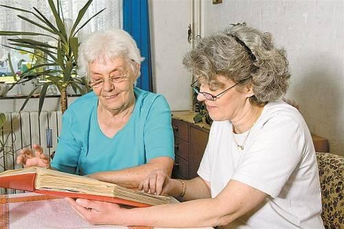 Das gemeinsame Blättern in alten Erinnerungen kann Menschen mit Demenz eine Hilfe sein. Foto: fotolia