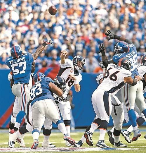 Denver-Quarterback Peyton Manning: Wurf über die Abwehr der New York Giants. Foto: ap