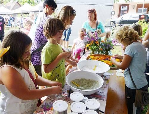 Der Kräuterstand von Renate Fußenegger war eine von vielen interessanten Stationen auf dem Kinderfest in Hohenems. Foto: the
