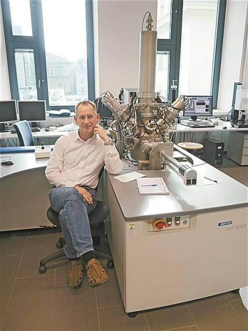 """Der Physiker Herbert Hutter mit dem """"Sekundär Ionen Massen Spektrometer"""": Er gehört zu den federführenden Forschern in Wien. Foto: ENTNER"""