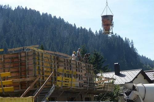 Der Rohbau der neuen Vogewosi-Wohnanlage in Klösterle steht unmittelbar vor der Fertigstellung. Foto: dob