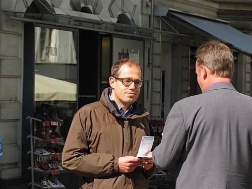 Der Spitzenkandidat der Männerpartei, Hannes Hausbichler, nutzt seine Mittagspause für eine Wahlkampftour in der Bregenzer Innenstadt.
