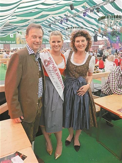 """Der Vorsitzende der Vorarlberger in Wien, Andreas Köb, mit Gattin Verena und der """"Wiener Wiesn Miss"""" Nicole."""