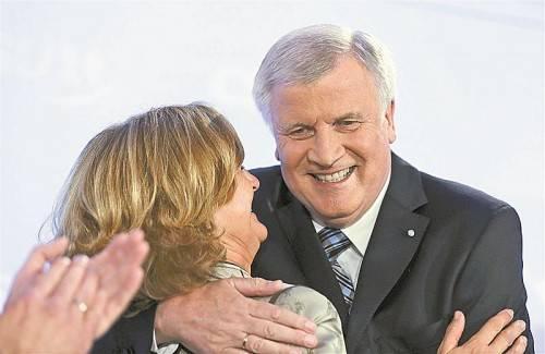 Der große Wahlsieger: Horst Seehofer ließ sich gestern Abend gemeinsam mit seiner Frau Karin in der CSU-Zentrale in München feiern. Foto: AP