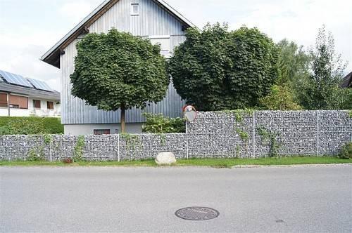 Der neue Verkehrsspiegel konnte direkt an einer Gartenmauer an der Forststraße montiert werden. Foto: eh