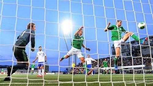 Deutschland müht sich auf den Färöer-Inseln zu einem 3:0-Sieg. Per Mertesacker (r.) drückt den Ball zum 1:0 über die Linie. Foto: epa
