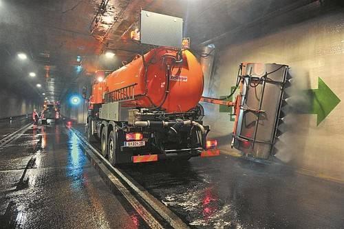 Die Asfinag setzt wie hier im Gleinalmtunnel moderne Maschinen zur Reinigung der Tunnelwände ein. Asfinag