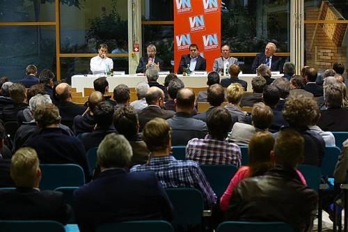 Die Bauhalle im Hohenemser WIFI, in der der VN-Stammtisch stattfand, war voll besetzt. Fotos: VN/hofmeister