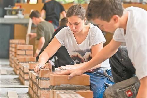 Die Berufsschule versucht an Schnuppertagen das Schöne am Handwerk zu vermitteln. Foto: VN/steurer