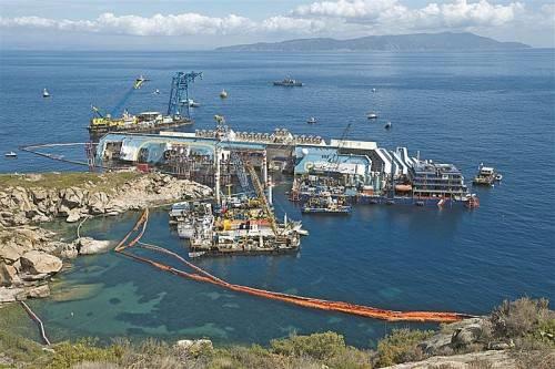 Die Costa Concordia war am 13. Jänner 2012 mit 4229 Menschen an Bord gekentert. Bei dem Unglück starben 32 Menschen. Fotos: EPA, Reuters