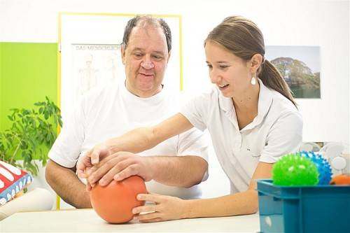 Die Ergotherapie hilft Stefan Ritlop, seine linke Hand wieder zu gebrauchen. Fotos: VN/Steurer