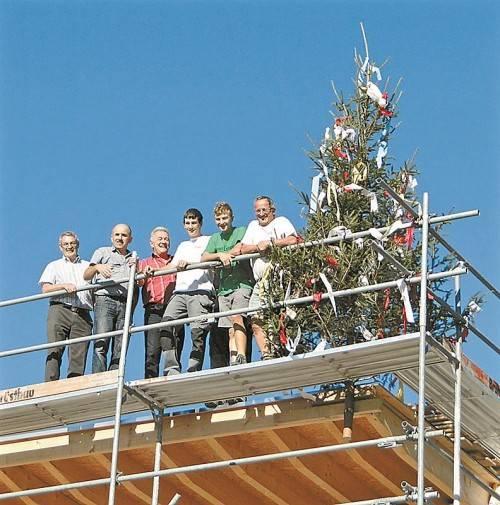 Die Fertigstellung des Rohbaus wurde gemäß der Tradition mit einem Firstbaum gefeiert. Foto: Steurer