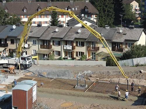 Die Fundamentplatte für das Haus 3 wird gelegt.