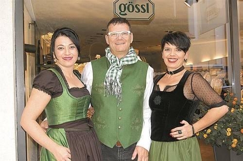 Die Initiatorin der ersten Schrunser Modenacht: Ruth Gollob-Kieber (r.) mit Schwester Eunike und Moderator Andreas Jennewein. FOTOS: STR