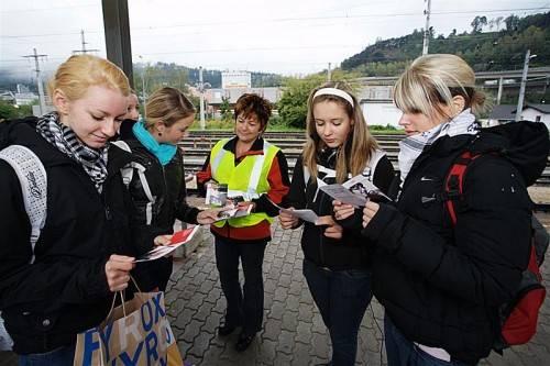Die Mitarbeiter der ÖBB verteilen im Rahmen der Sicherheitskampagne Folder an Kinder und Jugendliche. Foto: öbb/zenger